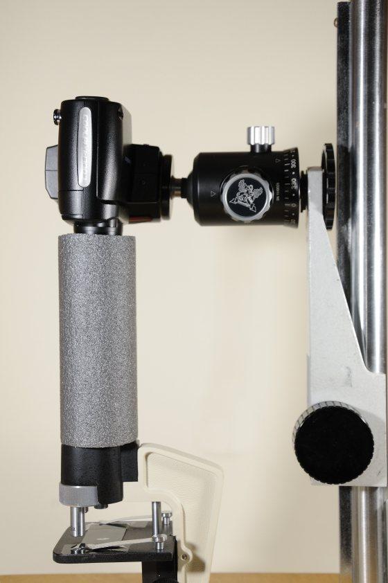 Nikon Coolpix 4500 an einem Stativ eines alten Vergräßerungsapparates