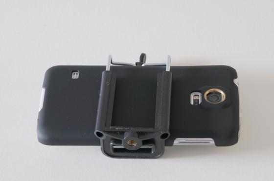 Samsung Galaxy S5 mit Halterung zusammengebaut.